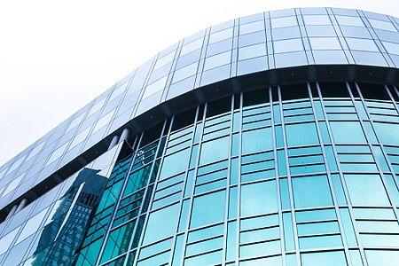 Bürohaus mit Glasfront