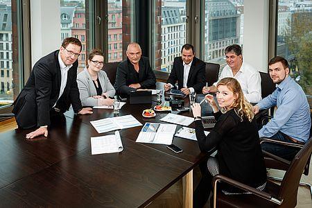 G2Plus am Tisch Gruppenbild