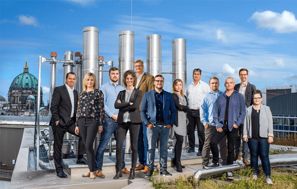Gruppenbild der G2Plus GmbH Mitarbeiter auf dem Dach